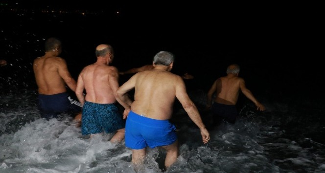 2020'yi denizde yüzerek karşıladılar
