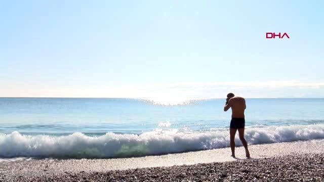 Antalya'da yılın ilk gününde sahiller dolup, taştı