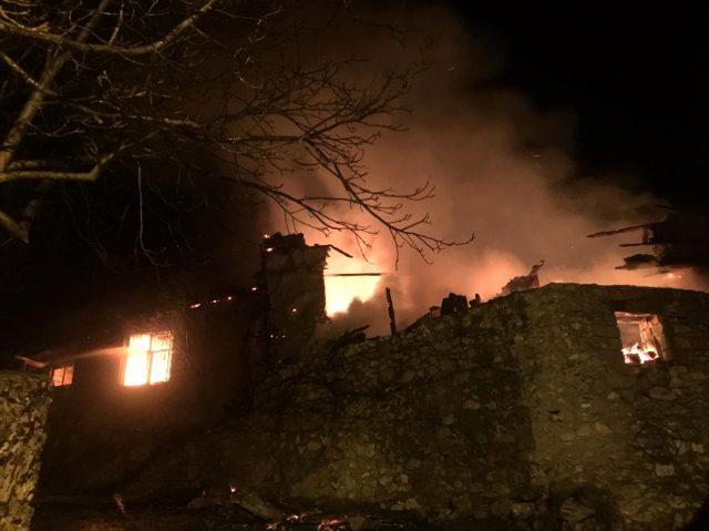 Antalya'da iki katlı ev yanarak kullanılamaz hale geldi