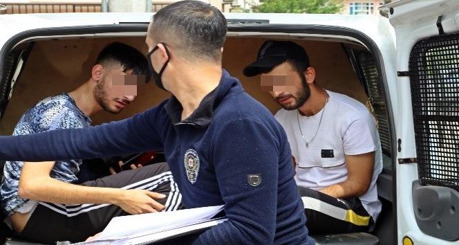Türk bayraklı arabayla sokağa çıkıp polisi peşinden sürükleyen gençlere ceza yağdı
