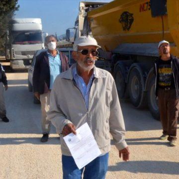 Antalya'da tozdan rahatsız olan mahalle sakinlerinden yol kapatma eylemi