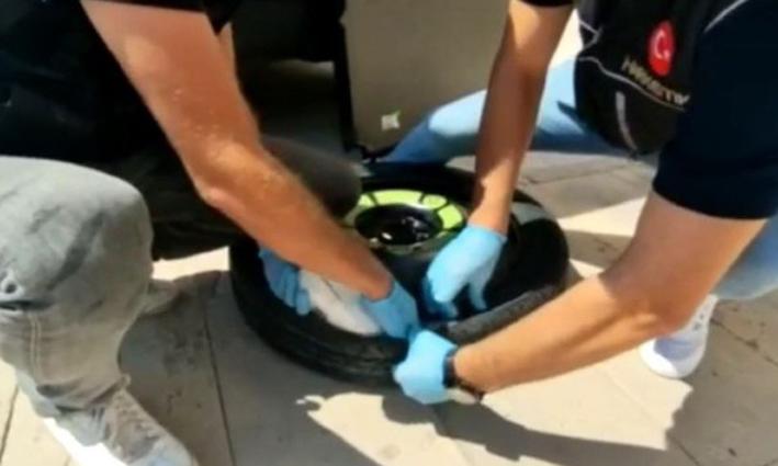 Otomobilin stepnesine 2 kilo 290 gram uyuşturucu yerleştiren 2 şüpheli tutuklandı