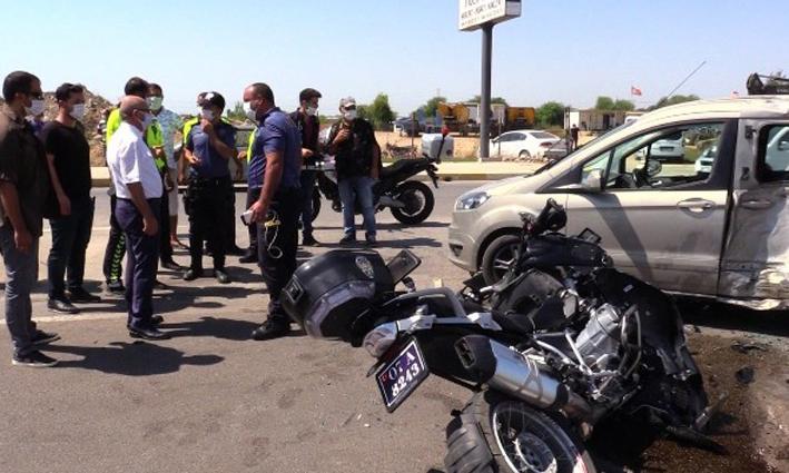 Motosikletli polis timleri otomobille çarpıştı: 2 polis yaralı