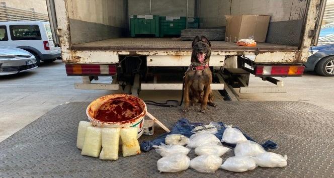Mersin'den Antalya'ya salça kovasında uyuşturucu sevkiyatı