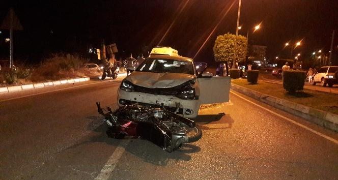 Alkollü sürücüyle kasksız motosikletli kavşakta çarpıştı: 3 yaralı