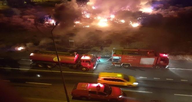 Çöp eşyaların olduğu alanda çıkan yangın korkuttu