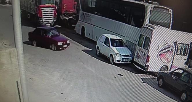 Drift yapan sürücü önce iki aracı hurdaya çıkardı, ardından duvara vurarak durabildi