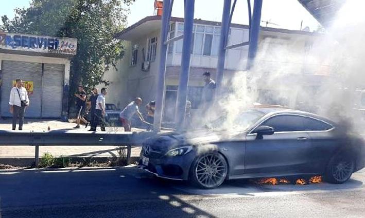 Serik'te seyir halindeki otomobil yandı