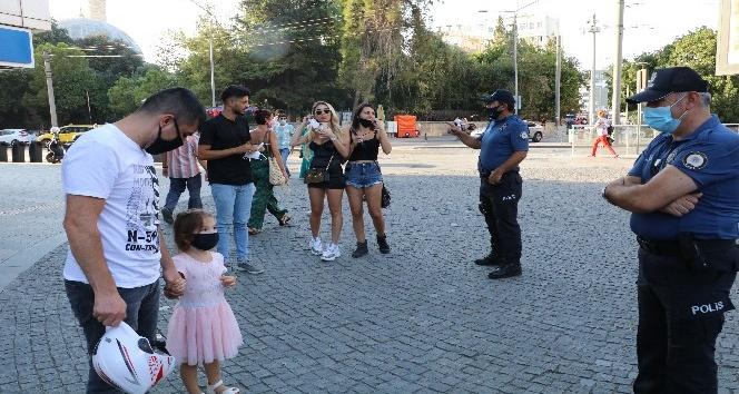 Maskelerini takmayan turistlere, Rus uyruklu minik Laura'dan 'maske' dersi