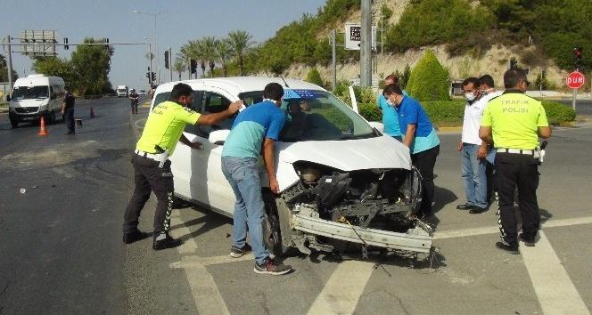 Hasta taşıyan ambulans Telekom araçıyla çarpıştı: 2 yaralı