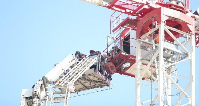 AÜ Kampüsünde 45 metrelik kule vinçte mahsur kalan operatöre kurtarma operasyonu