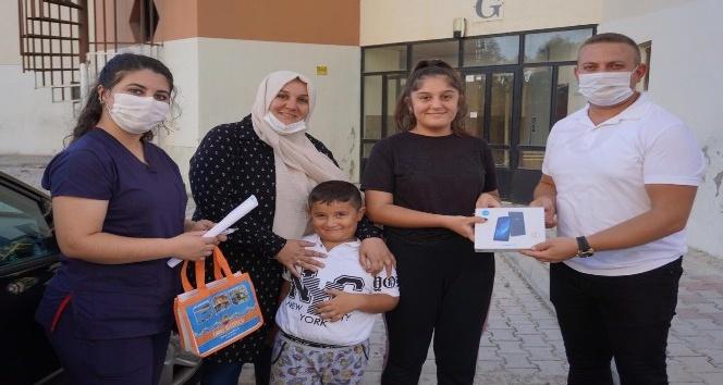 Finike Belediyesi öğrencilere tablet dağıttı