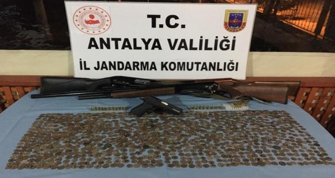 Antalya'da bir eve yapılan baskınla bin 83 tarihi sikke ele geçirildi