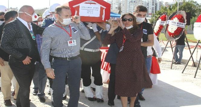 Otobüste kalp krizi geçiren emekli emniyet müdürünün naaşını eşi ve oğlu taşıdı