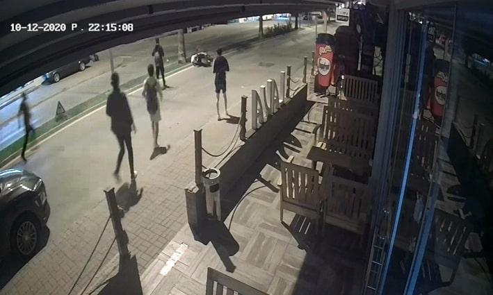 Kasksız motosiklet sürücüsü ölümden döndü, yardımına vatandaşlar koştu