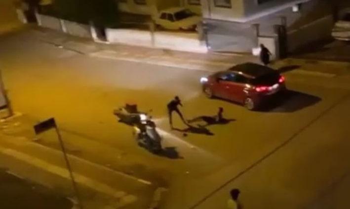 Kavgada koşarken park halindeki motosiklete çarpan genç, otomobilin altında kalma tehlikesi yaşadı