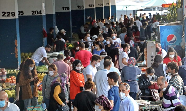 Antalya'da kapalı semt pazarında sosyal mesafe 'sıfıra' indi