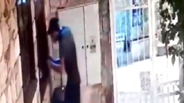 Çaldığı cep telefonunu kaçarken düşüren hırsız, kendi malı gibi geri dönüp aldı