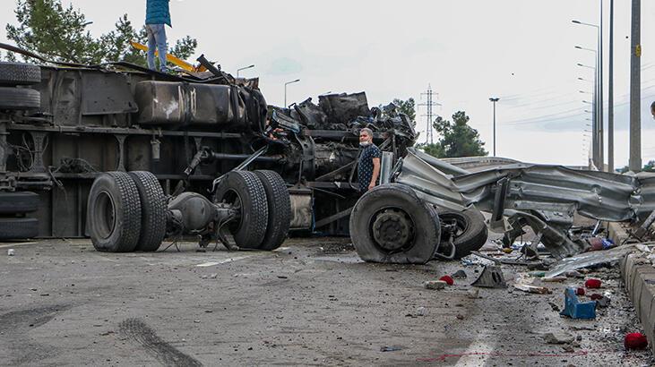 Direğe çarpıp devrilen kargo kamyonunun tekerlekleri koptu