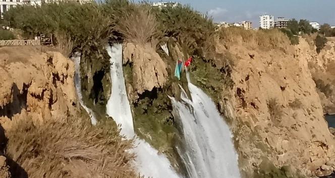 Antalya'da şelaleye Türkiye ve Azerbaycan bayrakları asıldı