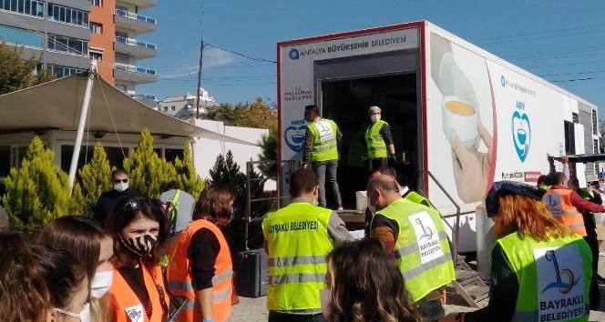 Antalya Mobil Aşevi'nin afetzedelere sıcak yemek ikramı sürüyor