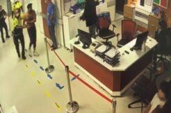 Sağlık kontrolünde polise zor anlar yaşattı, hastanenin kapılarını tekmeledi