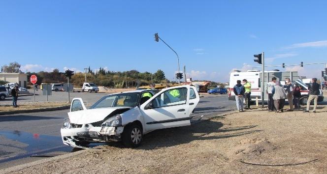 Manavgat ilçesinde ticari araç ile otomobil çarpıştı: 2 yaralı