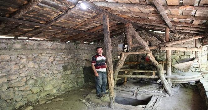 Restoranının elektriğini 500 yıllık su değirmeniyle üretiyor