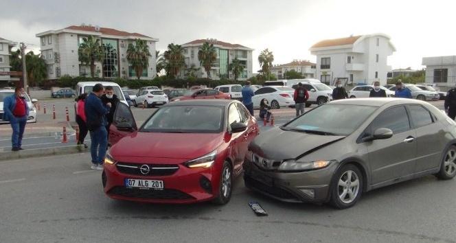 Manavgat'ta iki otomobil çarpıştı: 1 yaralı