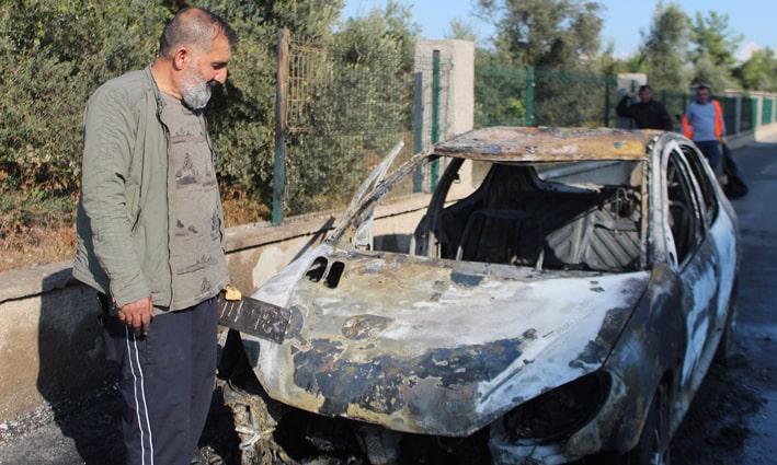 Satmaya hazırlandığı otomobili alev alev yandı