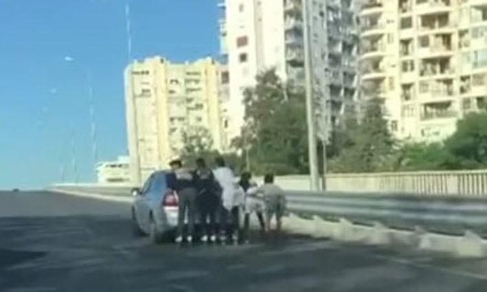 Antalya'da patenli ve motosikletli gençlerin tehlikeli yolculuğu kamerada