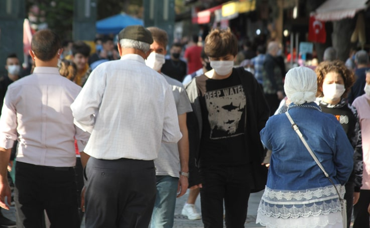 Antalya'da denetimlere rağmen sosyal mesafe yok