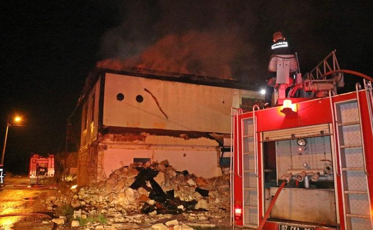 Akaryakıt istasyonu yakınındaki metruk evde yangın