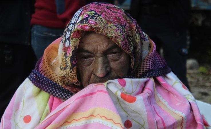 Antalya'da itfaiye ekipleri yaşlı kadını yanmaktan kurtardı