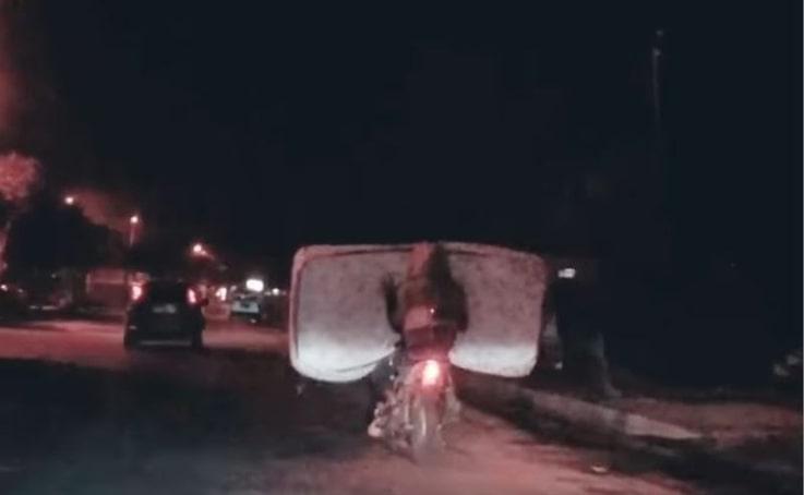 Motosikletli sürücünün yatakla tehlikeli yolculuğu