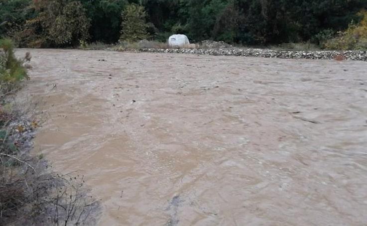 Kemer'de tarım alanları suyla doldu, köprü tıkandı, kaya parçaları yollara düştü