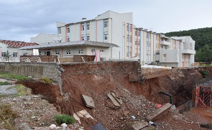 Antalya'da hastanenin acil servisi, heyelan nedeniyle boşaltıldı