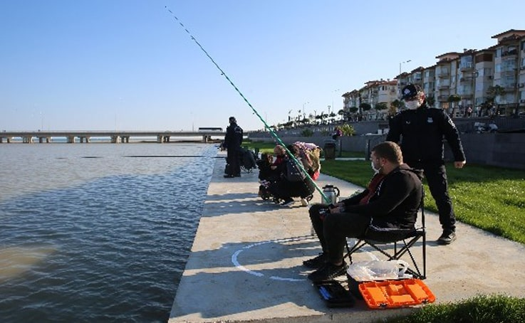 Amatör balıkçılara sosyal mesafe çemberi