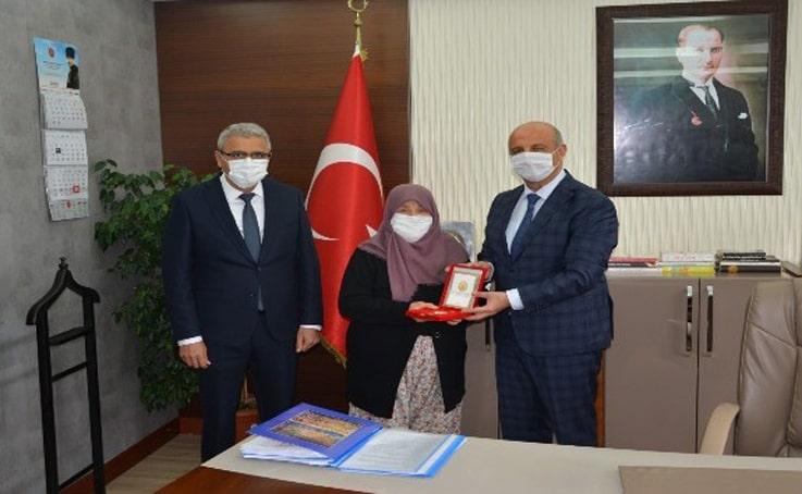 Merhum Kore gazisinin madalyası eşine verildi
