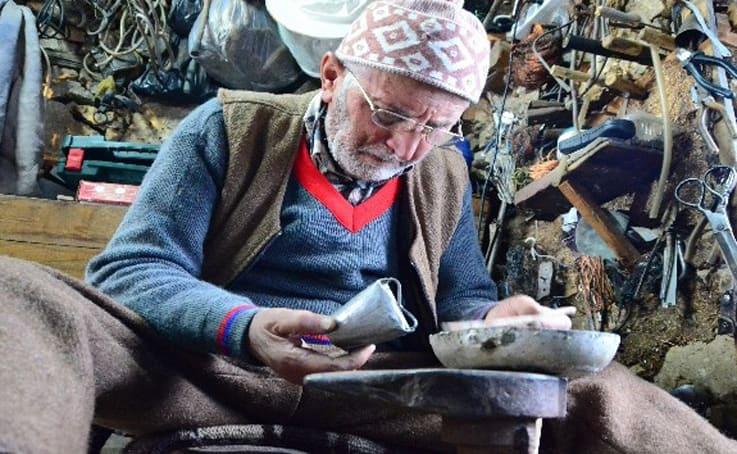 83 yaşında 120 yıllık dükkanda 73 yıldır çan üretiyor, hazır olduğunu sesinden anlıyor