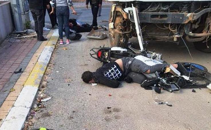 Motosikletle kamyonun karıştığı kazada 1'i ağır 3 yaralı