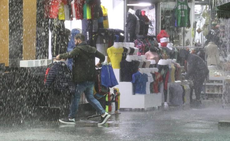 Antalya'da esnafın sağanak yağmurda mal kurtarma mücadelesi