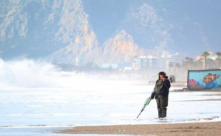 Dev dalgalar eşliğinde sahilde define aradılar