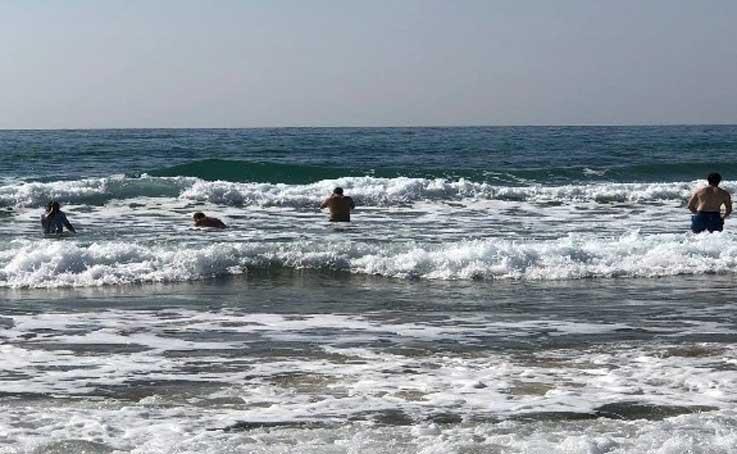 Turistlerin dalgaya rağmen deniz keyfi
