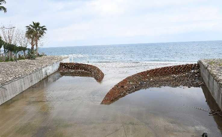 Atık tutucu, çöplerin denize gelmesini engelliyor