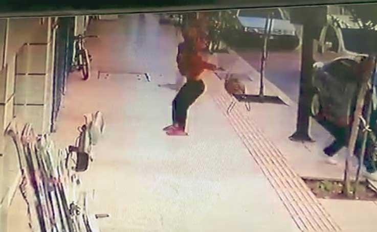 Kaldırımda yürüyen adamın ölümden saniyelerle kurtulduğu anlar kamerada