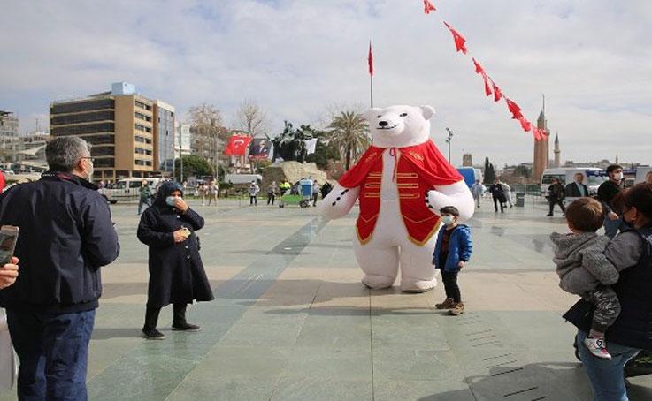 Antalya, Büyükşehir Belediyesinin 'Sevgi' etkinliğiyle renklendi