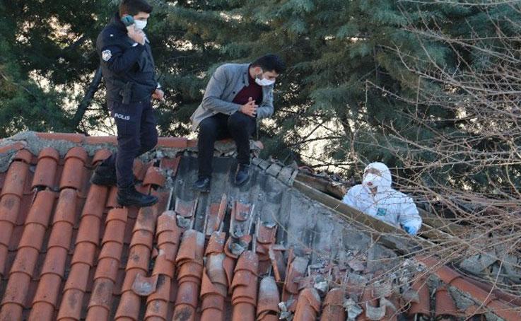 Tavan arasındaki cesede polis kazma ve balyozla ulaştı