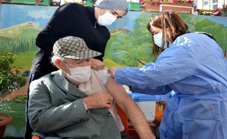Huzurevi sakinlerine 2. doz Covid-19 aşısı yapıldı