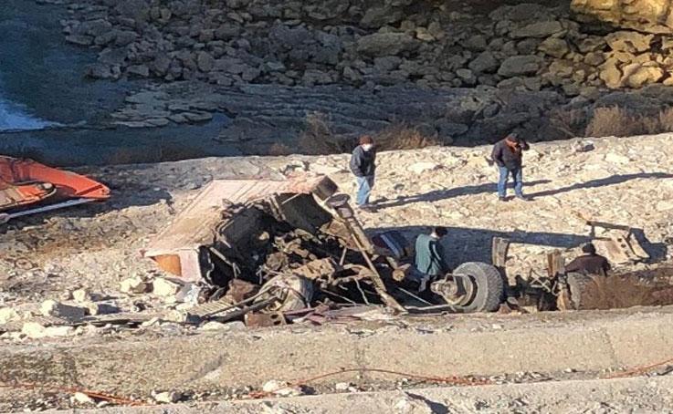 40 metrelik uçuruma yuvarlanan tırın sürücüsü ölümden atlayarak kurtuldu